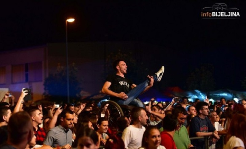 Bijeljina: Nepokretnog prijatelja digli na ruke da bolje vidi koncert