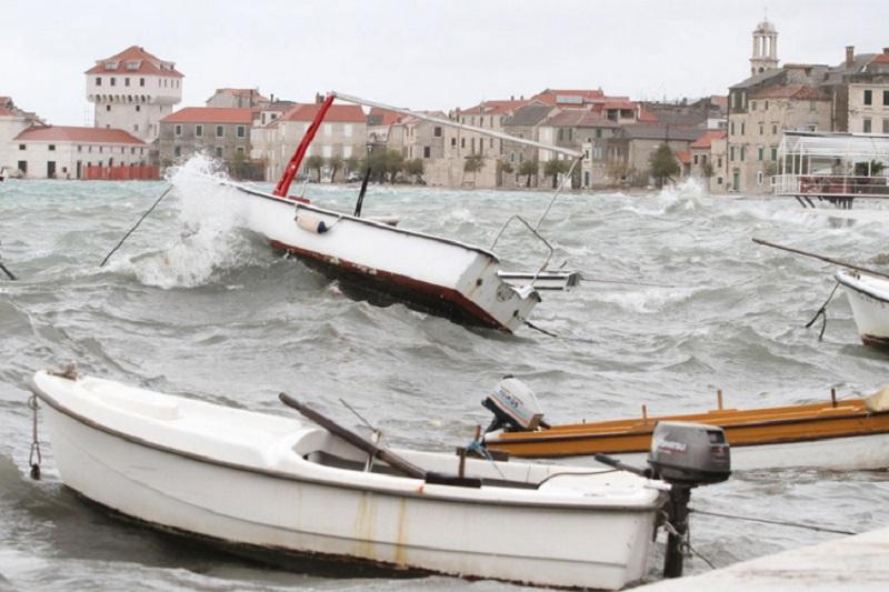 Olujna bura na Jadranu, savjetuje se odgađanje polaska na more