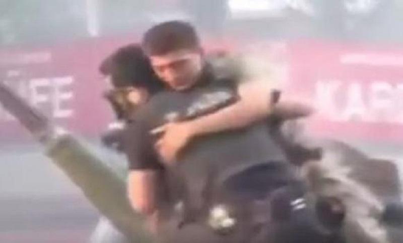Pogledajte kako je policajac spasio vojnika u Turskoj (VIDEO)
