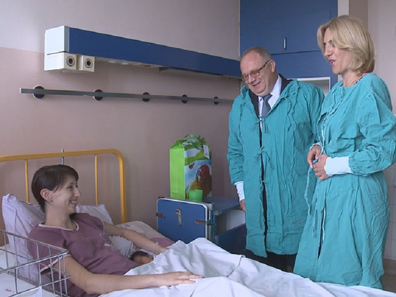 Premijerka i ministar posjetili porodilje u Banjaluci