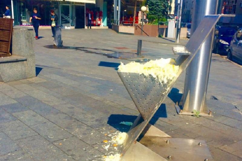 Trg Krajine: Kanta za smeće napunjena rendanim kupusom