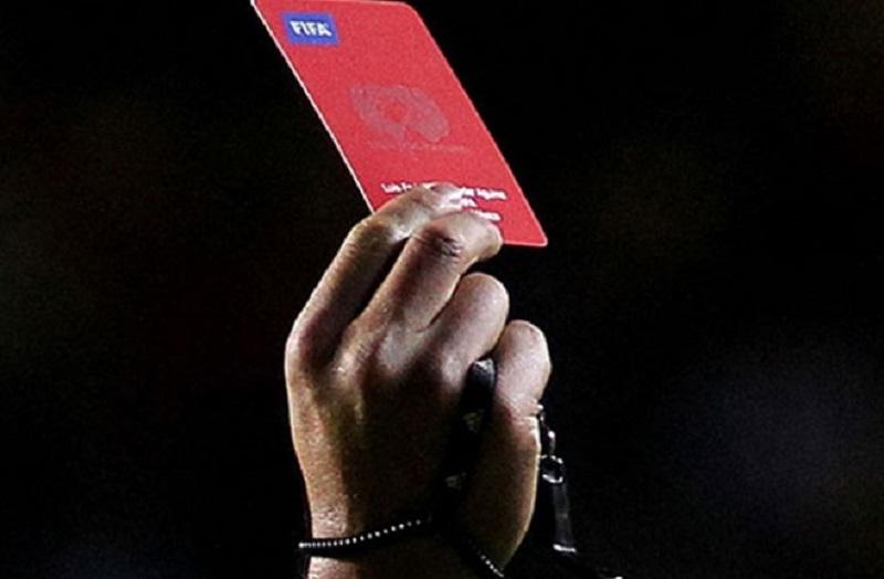 Sudija uz crveni karton podijelio i batine (VIDEO)