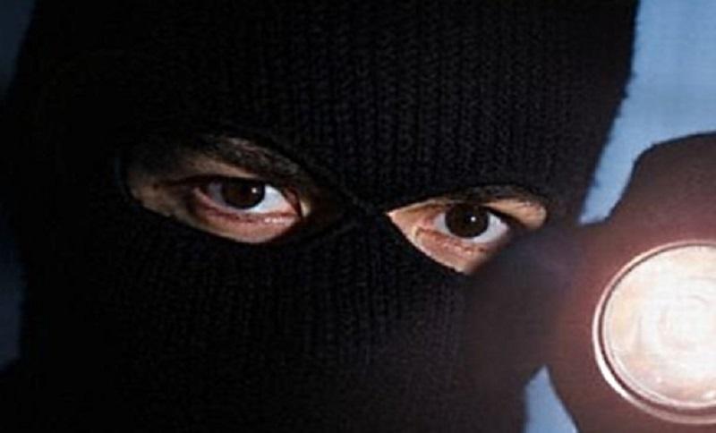 Maskirani razbojnik uz prijetnju nožem oteo pazar