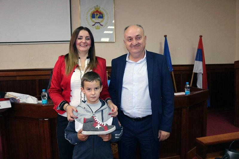 Privrednik poklonio 74 para obuće za djecu
