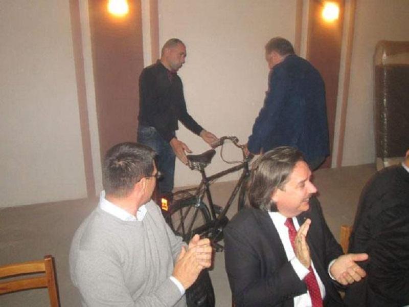 Ko je išta krao neka vrati sve: Dodiku kompenzovali bicikl koji mu je ukraden kad je bio momak