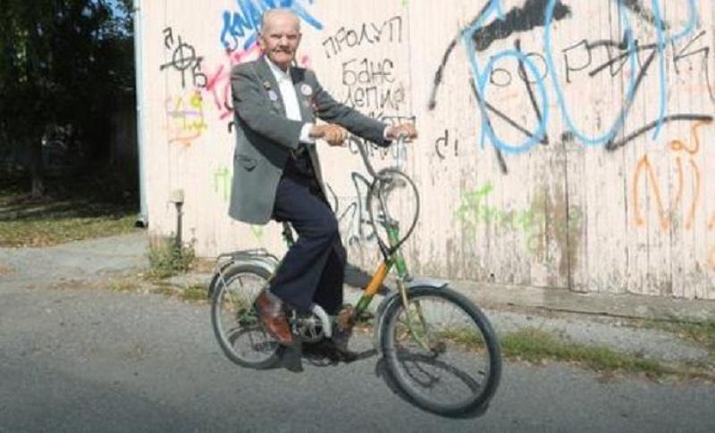 Banjalučanin od 92 godine biciklom nosi hranu i lijekove ugroženima