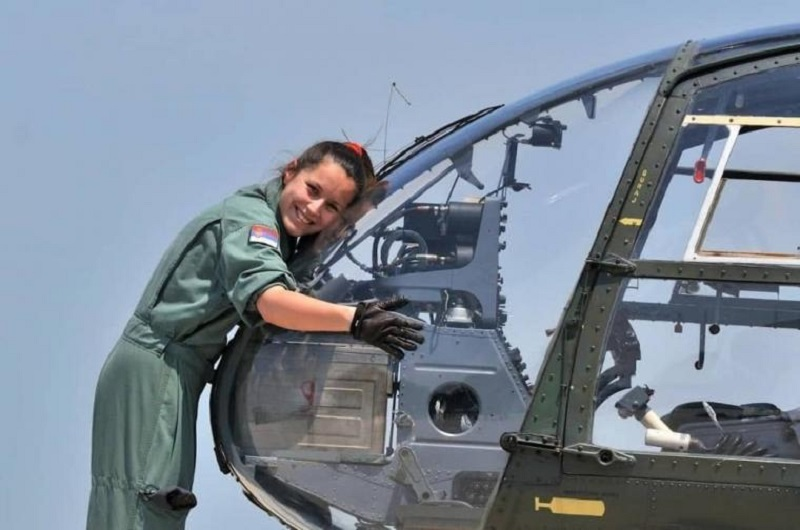 Žena koja vozi vojni helikopter