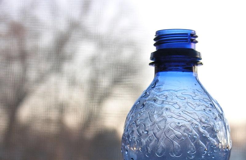 Plastična flašica i njeno pretvaranje slobode u proizvod