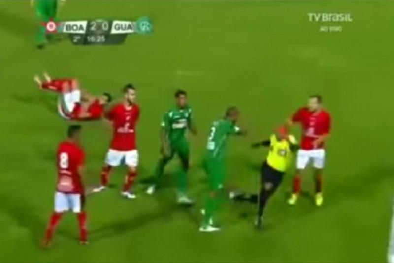 Pomahnitali fudbaler bacao sudiju i saigrače (VIDEO)