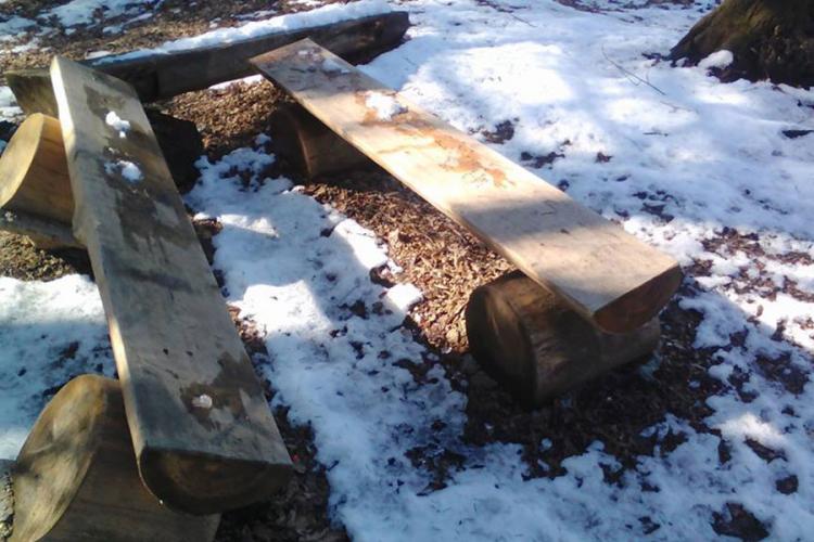 Uništene klupe na Banj brdu