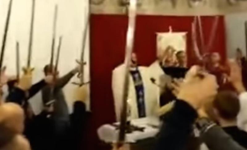 Kad crkva postane stadion: Pop poveo navijanje VIDEO