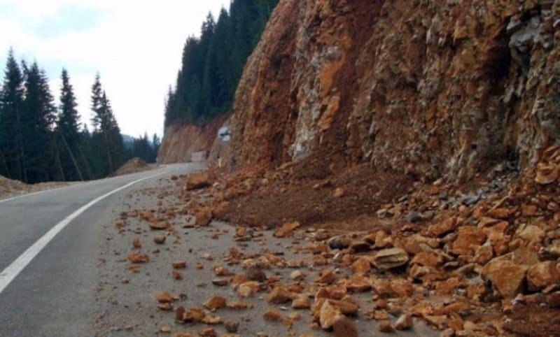 Oprez na putevima zbog urušenih stabala i odrona
