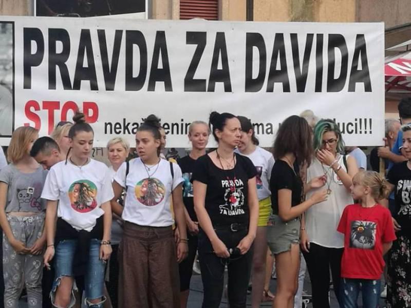Večeras se na Trgu Banjalučanima emotivno obratila Davidova majka