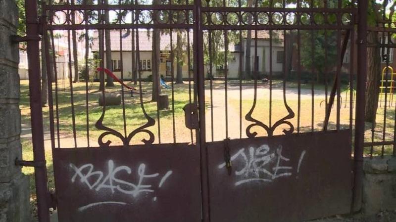 Roditelji brinu: Zapušteni objekat u dvorištu vrtića  posjećuju sumnjivi ljudi?