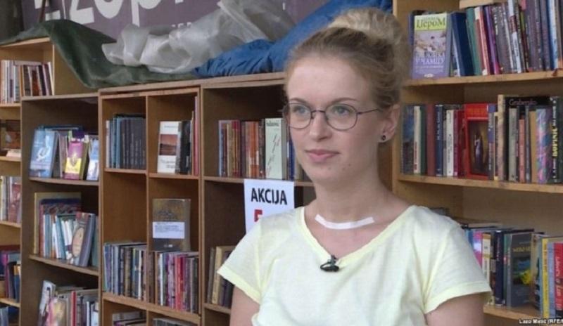 Studentkinja generacije prodaje knjige na ulici