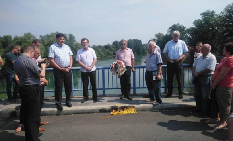 Cvijeće i svijeće na mostu spasa u Novom Gradu