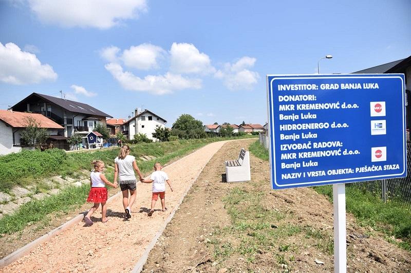Mještani Derviša pješače i trče stazom pored Široke
