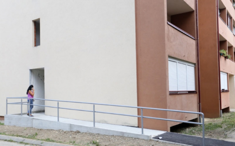Grad poklonio prilaznu rampu: Banjalučanka nakon 8 godina može samostalno da izađe iz zgrade