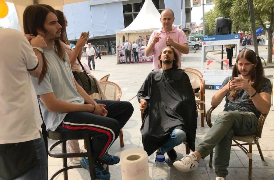 Bravo za Banjalučane: Čekaju u redu kako bi darovali kosu za perike djeci oboljeloj od raka