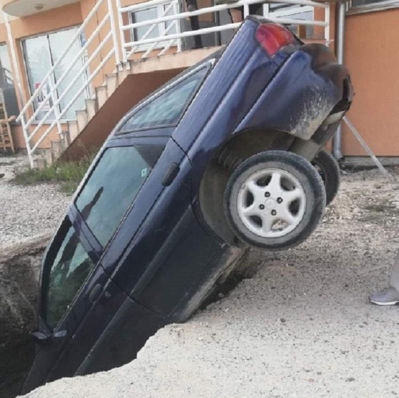 Automobilom upao u šaht (FOTO)