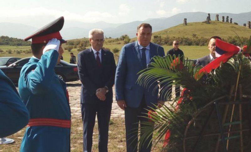 Garavice: Dodik i Savanović položili vijence na spomenik žrtvama zločina