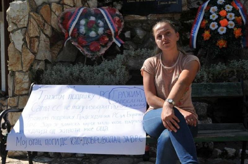 """Kćerka poginulog borca štrajkuje ispred Spomen sobe: """"Kako da djeci dam užinu""""?"""