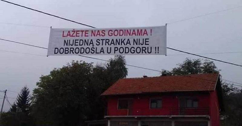 Mještani sela transparentom poručili strankama: Niste dobrodošli