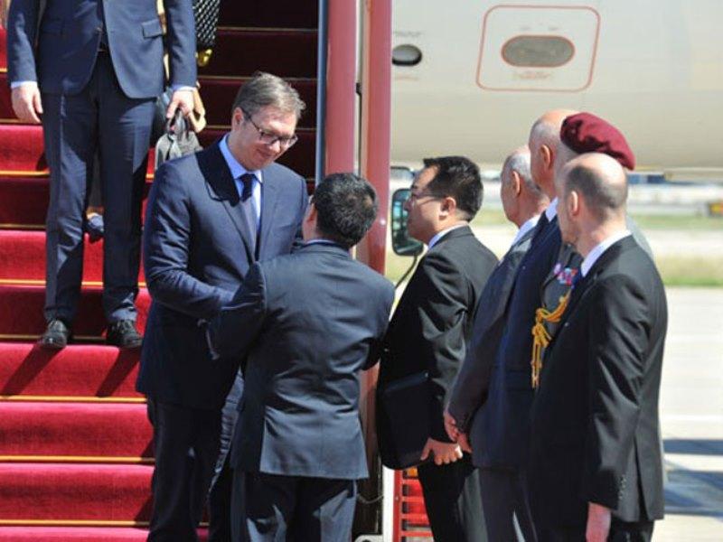 Vučić dočekan na aerodromu u Pekingu uz najviše počasti