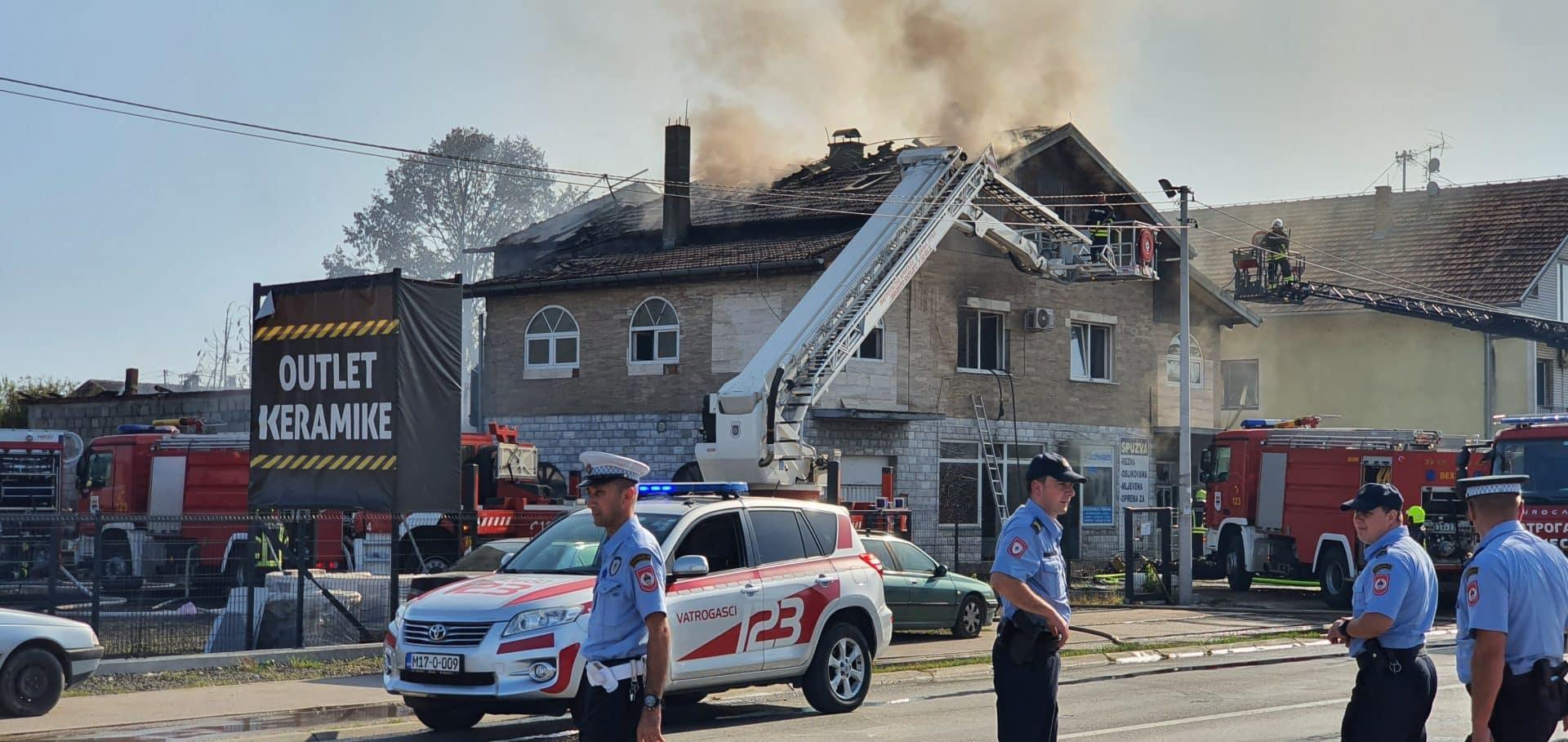 Gori kuća u Banjaluci, ljudi iskakali kroz prozor