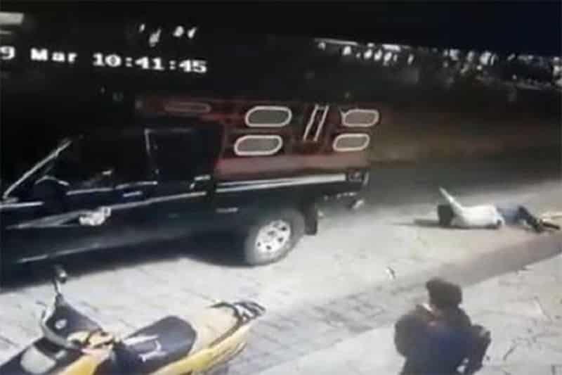 Gradonačelnika zbog lošeg puta vezali za kamion i vukli po ulici