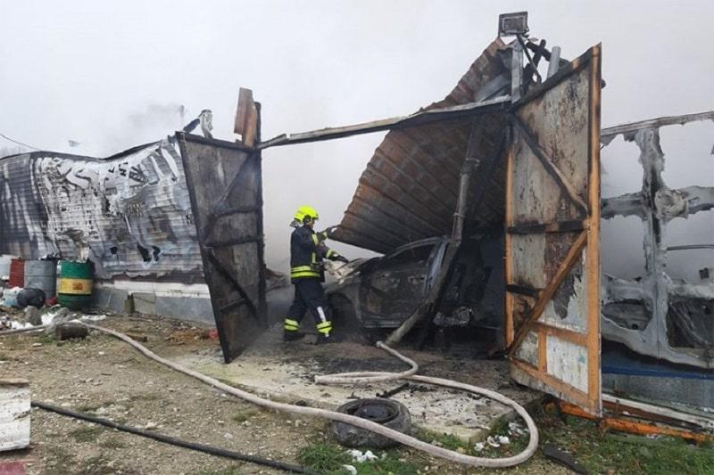 Izgorjeli hala i automobil na auto-otpadu u Banjaluci
