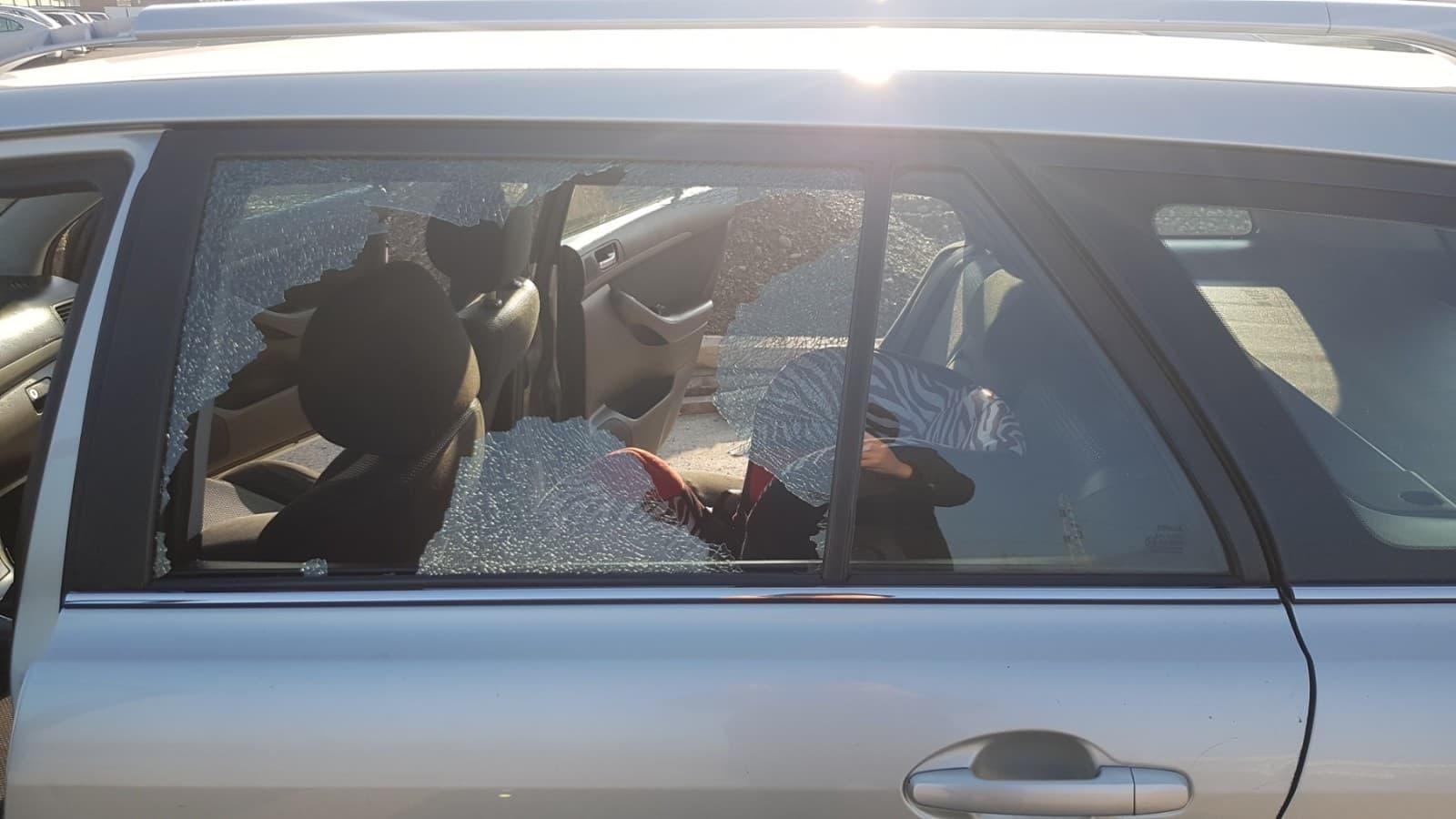 Zalutali metak pogodio automobil u vožnji, troje djece za dlaku izbjeglo nesreću (FOTO/VIDEO)