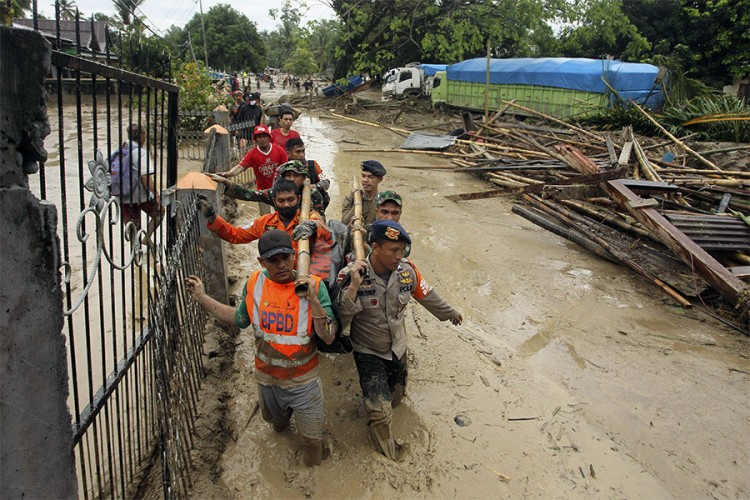 U poplavama i klizištima u Indoneziji 16 mrtvih