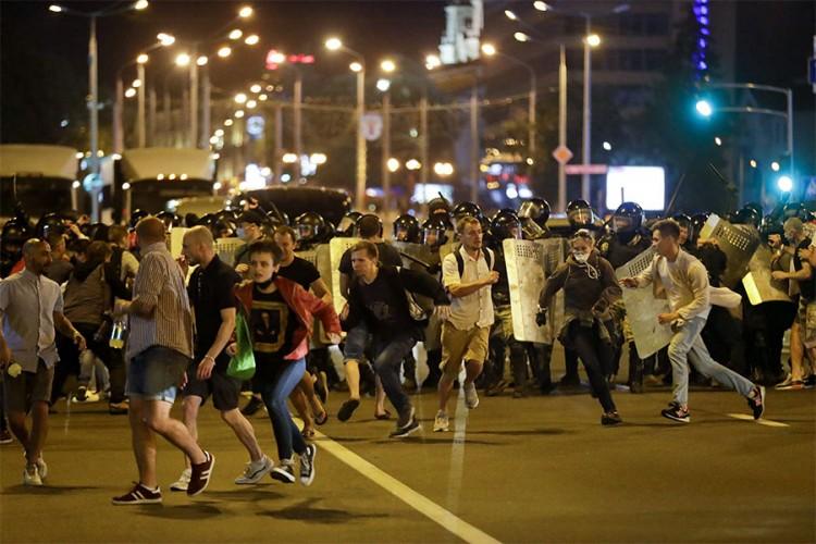 Ubjedljiva pobjeda Lukašenka, sukobili se demonstranti i policija