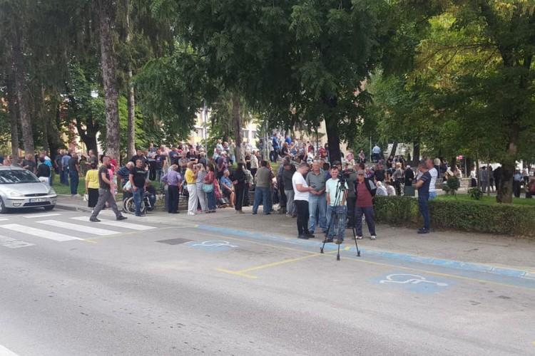Protestuje više od stotinu građana u Velikoj Kladuši