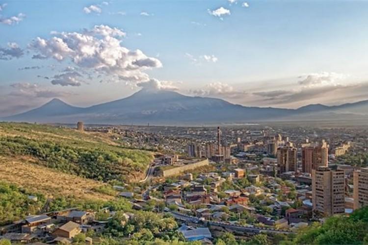 Napeto u Jerevanu: Stižu dobrovoljci, djeca u hotelima