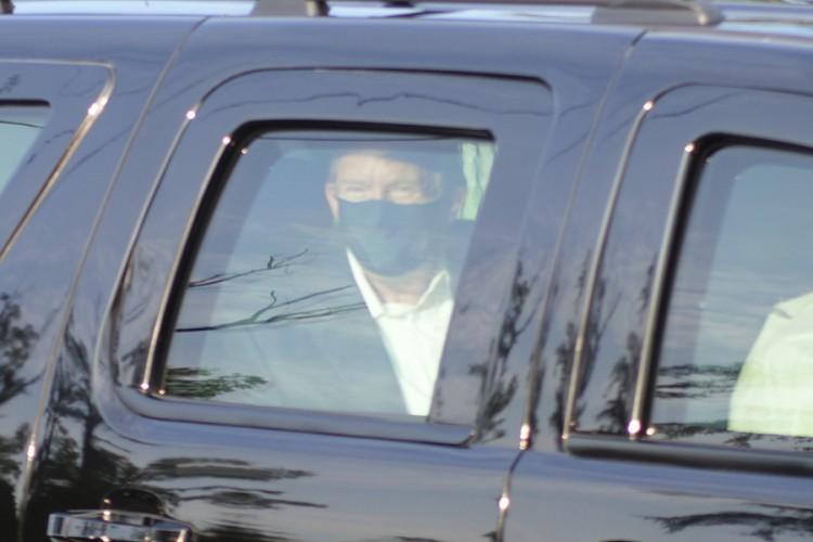 Tramp nakratko izašao iz bolnice, pozdravio pristalice