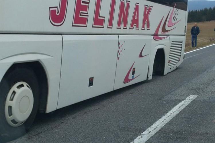 Sa autobusa spali točkovi