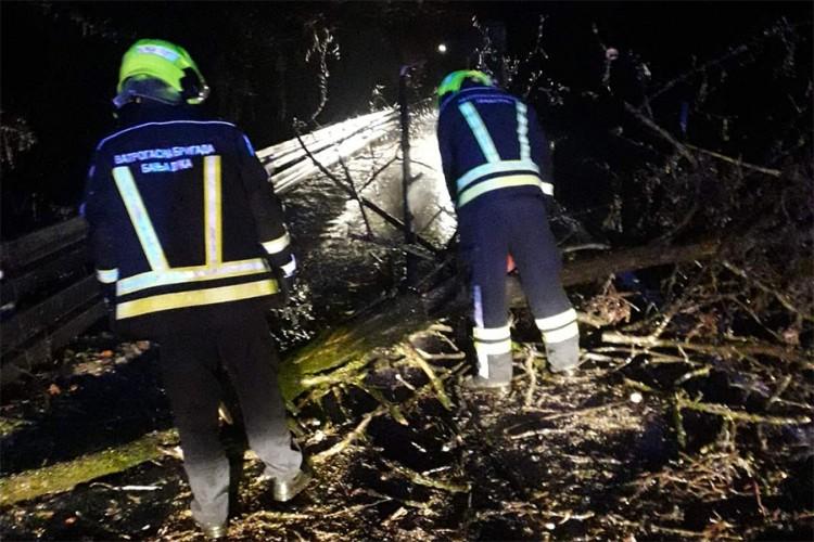Nevrijeme na području Banjaluke rušilo stabla i isključlio struju