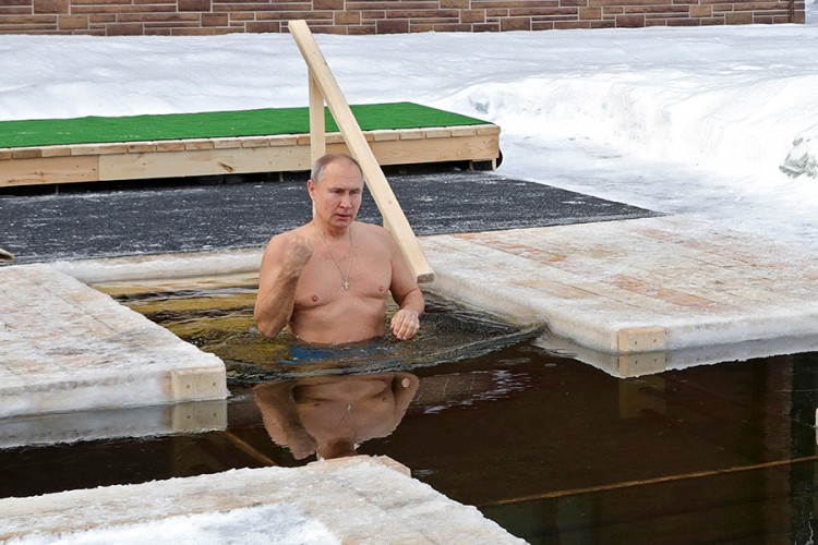 Putin zaronio u ledenu vodu povodom Bogojavljenja
