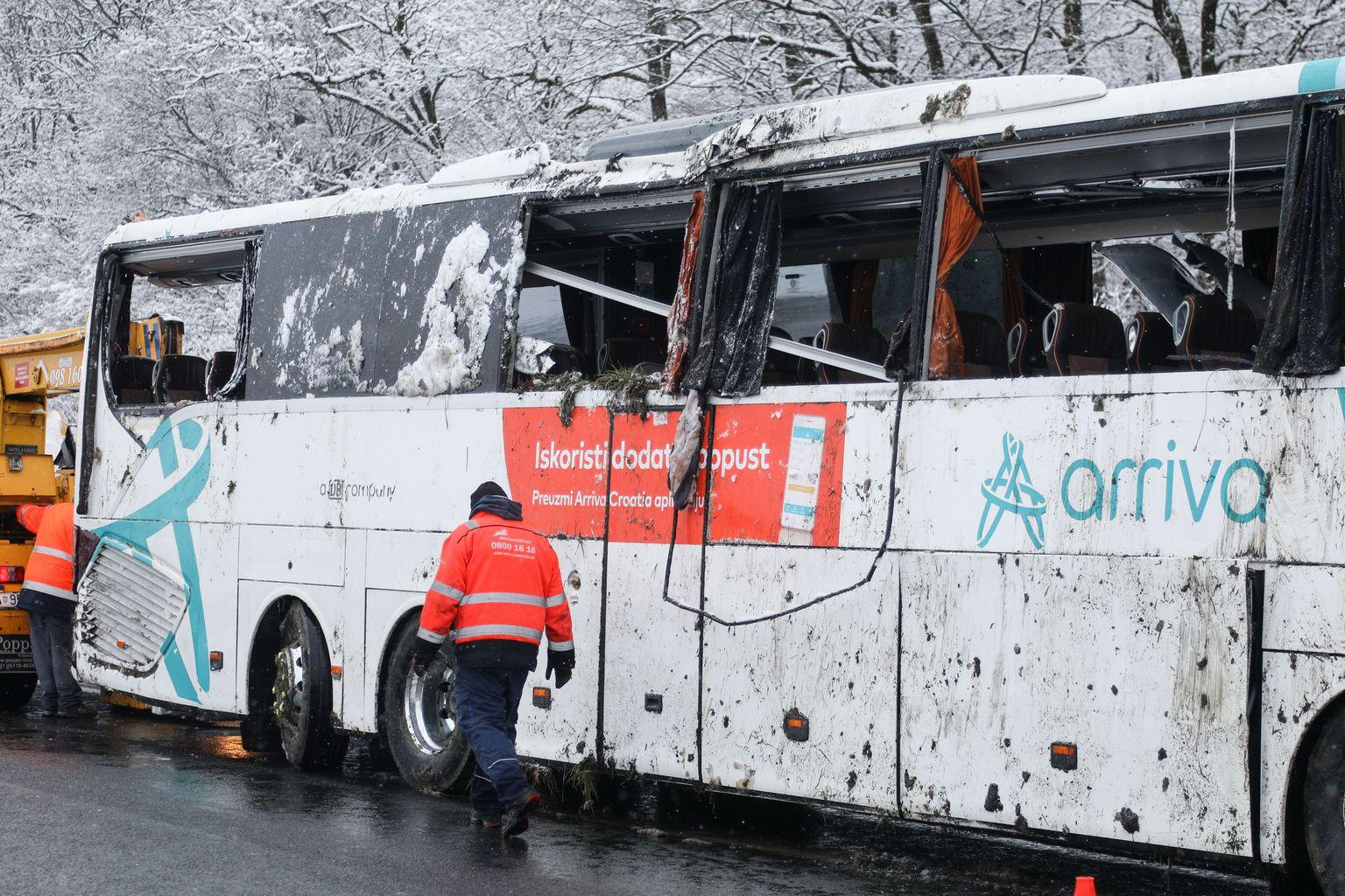 U prevrtanju autobusa u Hrvatskoj povrijeđena dva vozača i šest putnika