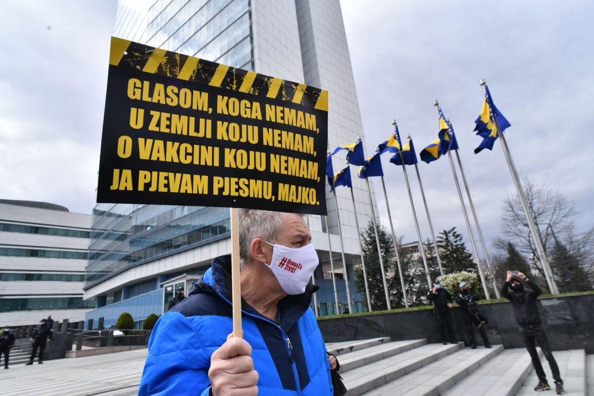 Poruke sa protesta u Sarajevu: Smijenićemo vas, hvala Srbiji