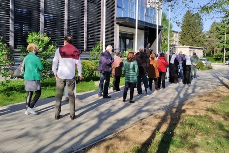 Masovna vakcinacija u Crnoj Gori, redovi ispred punktova