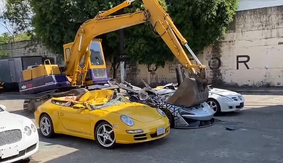 Filipinska carina bagerom uništila luksuzne automobile